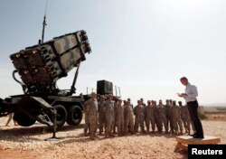 Генеральний секретар НАТО Єнс Столтенберг на турецькій військовій базі поруч з американським зенітним ракетним комплексом MIM-104 Patriot