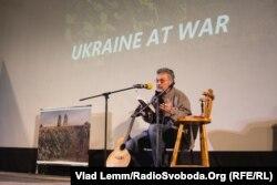 Сергей Лойко на презентации своего романа в Днепропетровске. Октябрь 2015 года