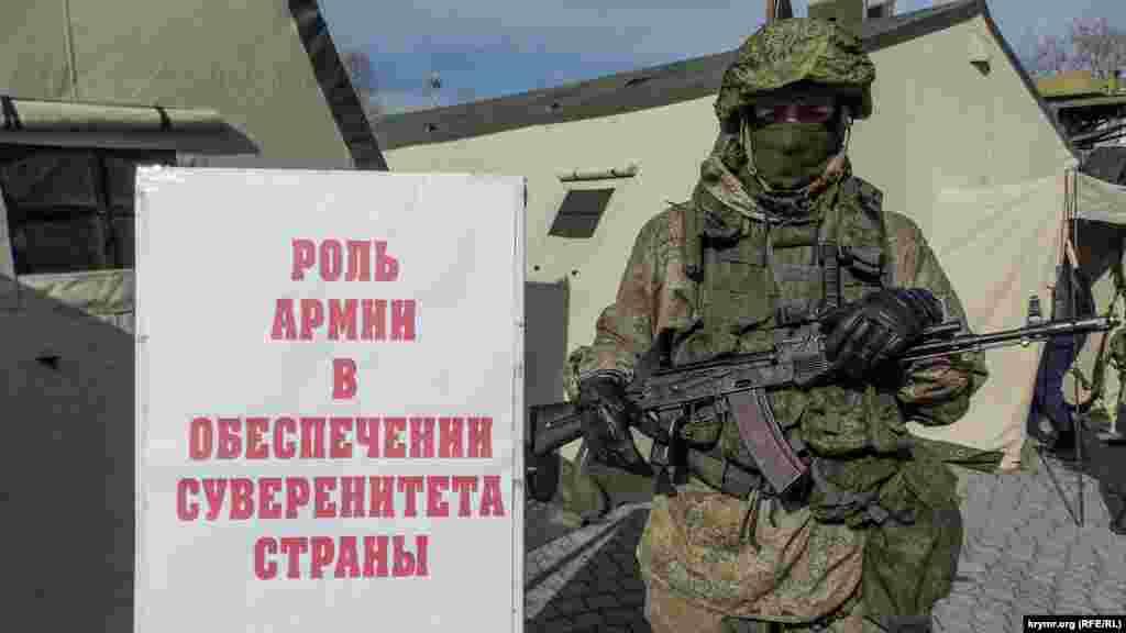Крім того, в окремих наметах можна було написати лист-трикутник будь-якому російському військовослужбовцю або навіть записатися до лав російської армії