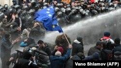 Полиция применила водометы против митингующих, Тбилиси 18 ноября 2019 года