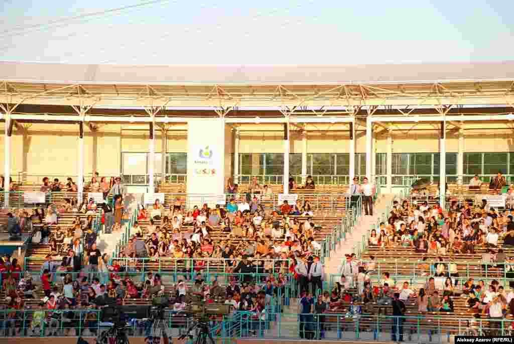 Ретро-фестивалді 1999 жылы Қазақстан президентінің үлкен қызы Дариға Назарбаева ұйымдастырған еді. Сондықтан оны «фестиваль иесі» деп атайды. Оны сахнадан жүргізушілер де айтып өтті. «Сұңқар» шаңғы трамплині кешенінде фестиваль осымен төртінші рет өтті. Бұл жолы көрермендер құжатпен, қатаң тексеріспен кірді.