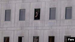Человек в окне парламента Ирана.