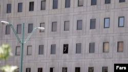 Человек в окне Парламента Ирана