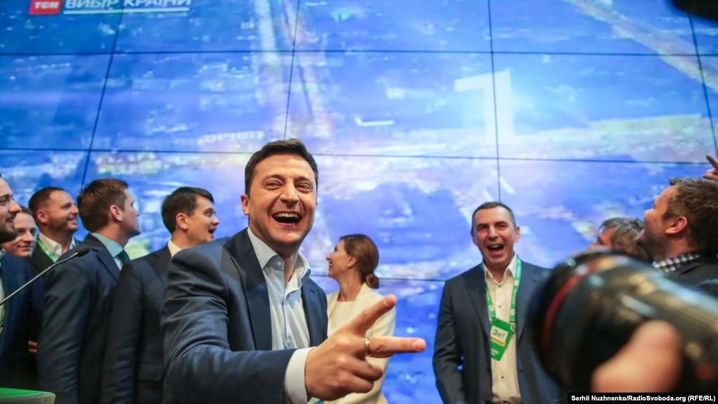 Володимир Зеленський і його команда радіють результатам екзит-полів у другому турі президентських виборів.Київ, 21 квітня 2019 року