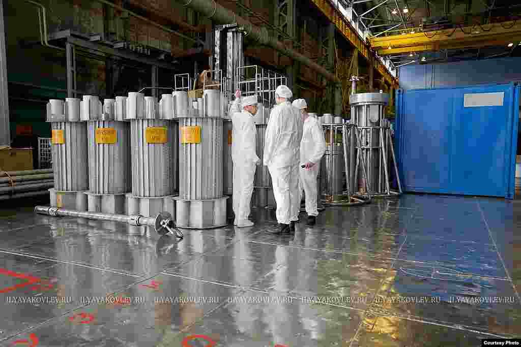 Емкости для перевозки урана. Он грузится в цилиндры вверху и внизу, разнесенные на безопасные расстояния.