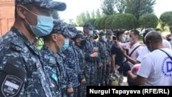 Сотрудники полиции блокируют собравшимся проход на территорию Акорды. Нур-Султан, 4 августа 2020 года.