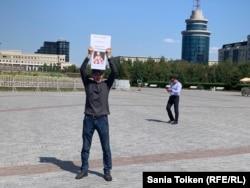 """Марат Мұсабаев """"Саяси тұтқындарға бостандық!"""" талабымен акцияға шыққандарға қосылып, бір адамдық пикетте тұр. Нұр-Сұлтан, 26 тамыз 2019 жыл."""