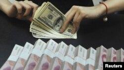 Юань мен доллар. Қытай, 21 қыркүйек 2010 жыл. (Көрнекі сурет)