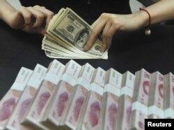 Қытай ұлттық валютасы мен доллар. (Көрнекі сурет)
