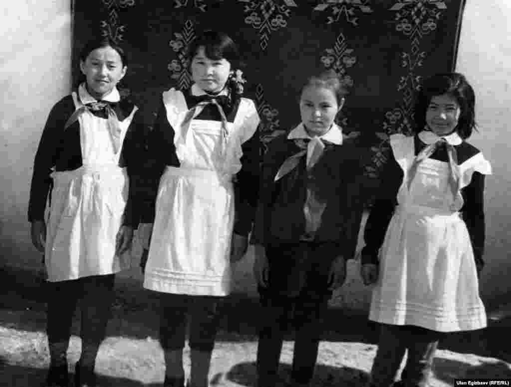 Жылдызкан Джолдошева в школьные годы. Она стоит вторая слева.