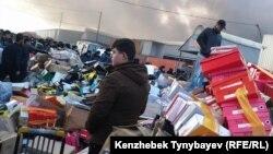 Вывезенный с горящего рынка товар на дороге, прилегающей к алматинской барахолке. 17 ноября 2013 года.