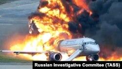 """Пассажирский самолет компании """"Аэрофлот"""" SSJ 100 после посадки в аэропорту Шереметьево, 5 мая 2019"""