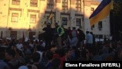 Люди собрались у здания посольства России в Киеве.