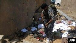 جندي عراقي في مقر القاعدة بعد قصفه