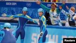 Қазақстандық спортшылар Нұрберген Жұмағазиев (оң жақта) пен Денис Никиша. Сочи, 13 ақпан 2014 жыл.