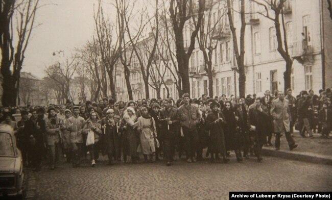 Молодіжний похід до могили Володимира Івасюка на Личаківському цвинтарі з нагоди 40-річчя від народження композитора і співака. Львів, 4 березня 1989 року