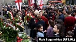 თბილისში, პარლამენტთან მდებარე მემორიალთან პატივს მიაგებენ 1989 წლის 9 აპრილს დაღუპულთა ხსოვნას