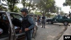 Afganistan - Një polic kontrollon makinën në afërsi të postbllokut para hyrjes që çon për tek Ambasada amerikane në Kabul (Ilustrim)
