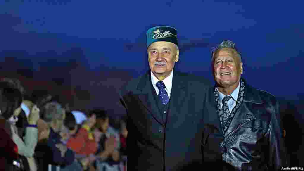 Камал театры каршында яңа сезон ачу тантанасы. Равил Шәрәфиев һәм Әзһәр Шакиров.