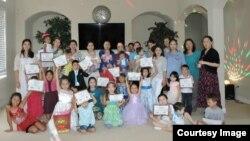 Педагоги казахской воскресной школы и дети, посещающие школу в Хьюстоне. Фото Мерзет Алип.