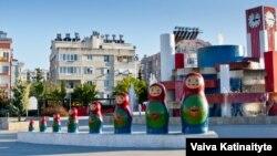 Русский парк в районе Коньяaлты в Анталье, известный своей композицией из матрешек.