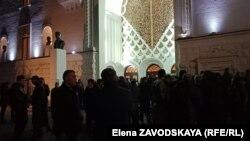 Вчера вечером перед зданием Абхазского драмтеатра собрались актеры Молодежного театра и пытались прорваться в здание