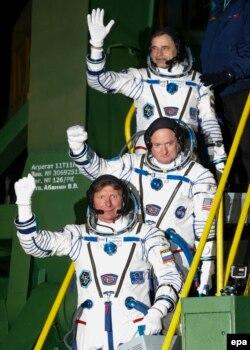 Kosmonavtlar Scott Kelly (mərkəzdə - ABŞ), Gennady Padalka (yuxarıda - Rusiya) və Mikhail Korniyenko (arxada - Rusiya) Soyuz-FG raketi ilə Beynəlxalq Kosmik Stansiyaya uçuşdan az əvvəl,