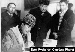 Эсен Рыскуловдун жеке архивинен алынган сүрөт.