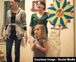 Марта Любчик (у зеленому) вчить дітей колядкам