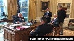 Prezident Donald Trump Rusiya prezidenti Vladimir Putinlə telefon söhbəti edir