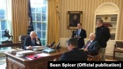 Imagine de la Casa Albă din timpul convorbirii telefonice Trump-Putin