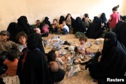 """""""ИМ"""" тобунун жоочуларынын ыктыярдуу туткунга түшкөн үй-бүлө мүчөлөрү. Тел-Афар. Ирак. 2017-жылдын 30-августу."""