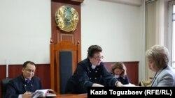 Адвокат Гульнара Жуаспаева (справа) показывает документы председателю коллегии по уголовным делам Алматинского городского суда Ирине Федотовой. Алматы, 14 мая 2019 года.