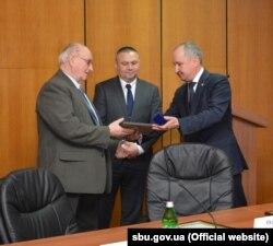 Фото прес-служби СБУ. Василь Грицак (справа) вручає Івану Чаварзі подяку