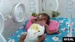 Новорожденный недоношенный ребенок в специальном боксе. Жансугурово, март 2009 года.