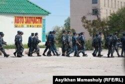Отряд полиции идет к зданию суда, где проходит процесс по следам событий в Жанаозене. Актау, 3 мая 2012 года.