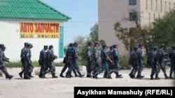 Полицейлер соты өтіп жатқан ғимарат маңындағы арнайы жасақ. Ақтау, 3 мамыр 2012 жыл.
