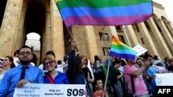 Тбилисиде парламент алдында тұрған ЛГБТ өкілдері.