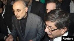 علی اکبر صالحی (چپ) در کنار احمد داوود اوغلو، وزیر خارجه ترکیه در تهران