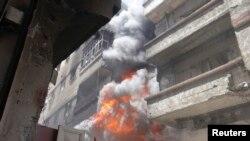 Горящее здание в одном из пригородов Дамаска, июнь 2013