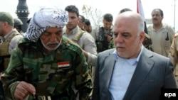 Ирактын премьер-министри Хайдер Ал Абади шиит аскерлерин өкүлү менен сүйлөшүп баратат.