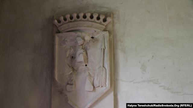 Зруйнований герб родини Шептицьких