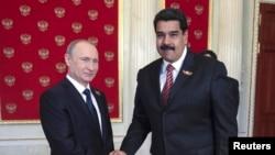 Russian President Vladimir Putin (L) with Venezuelan President Nicolas Maduro