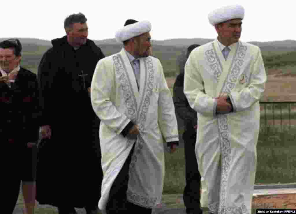 Имамы, прибывшие на Спасское кладбище. Карагандинская область, 31 мая 2011 года. - Имамы, прибывшие на Спасское кладбище. Карагандинская область, 31 мая 2011 года.