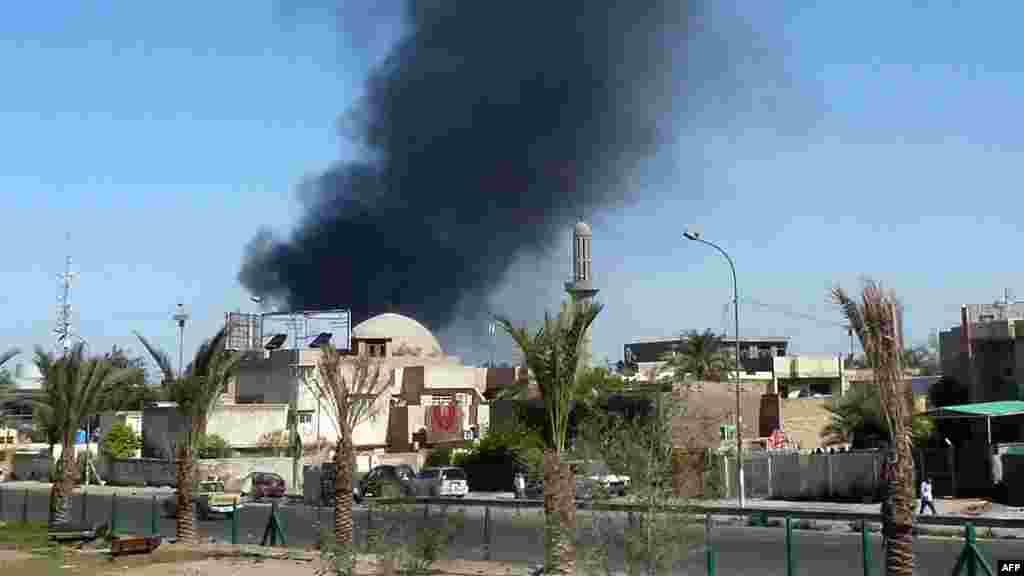 Дим після одного з вибухів у Багдаді, 19 березня 2013 року