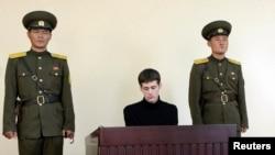 АҚШ азаматы Мэтью Миллер (ортада) Солтүстік Корея жоғарғы сотында өзіне қарсы процесте отыр.