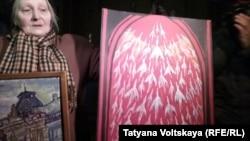 Громадська активістка, художниця Олена Осипова з плакатом, на якому зображено 100 журавлів як символ загиблих героїв Небесної сотні, Санкт-Петербург, Росія, 22 лютого 2017 року