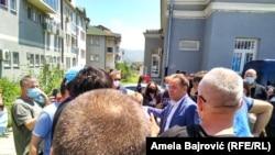 Ministar Rasim Ljajić ispred Opšte bolnice u Novom Pazaru