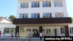 У здания школы в городе Шымкенте. Иллюстративное фото.