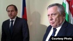 На коротком брифинге Лев Кузнецов и премьер-министр Артур Миквабия рассказали о том, что именно обсуждалось на совещании с правительством Абхазии